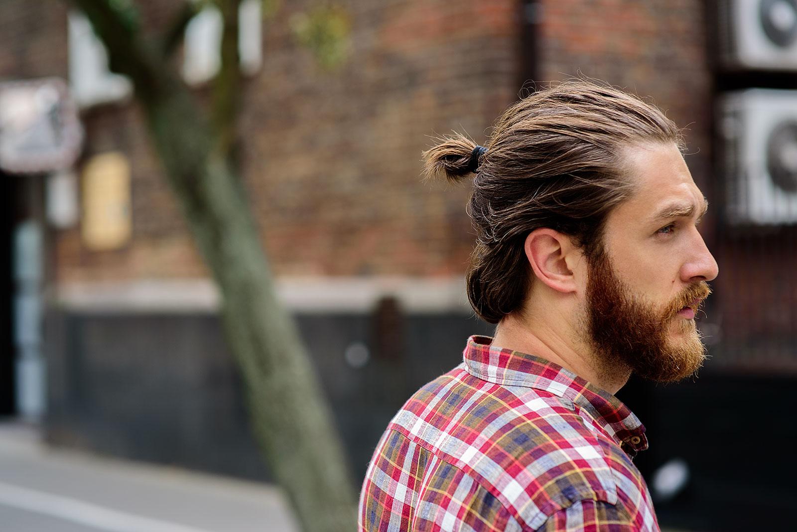 Фото мужских причесок с пучком